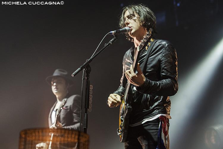 Carl Barat avec une veste en cuir noire sur la scène du Zénith de Paris