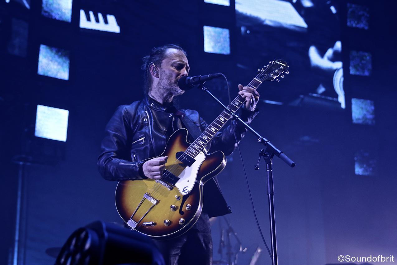 Thom York lors d'un concert de Radiohead au Zénith de Paris