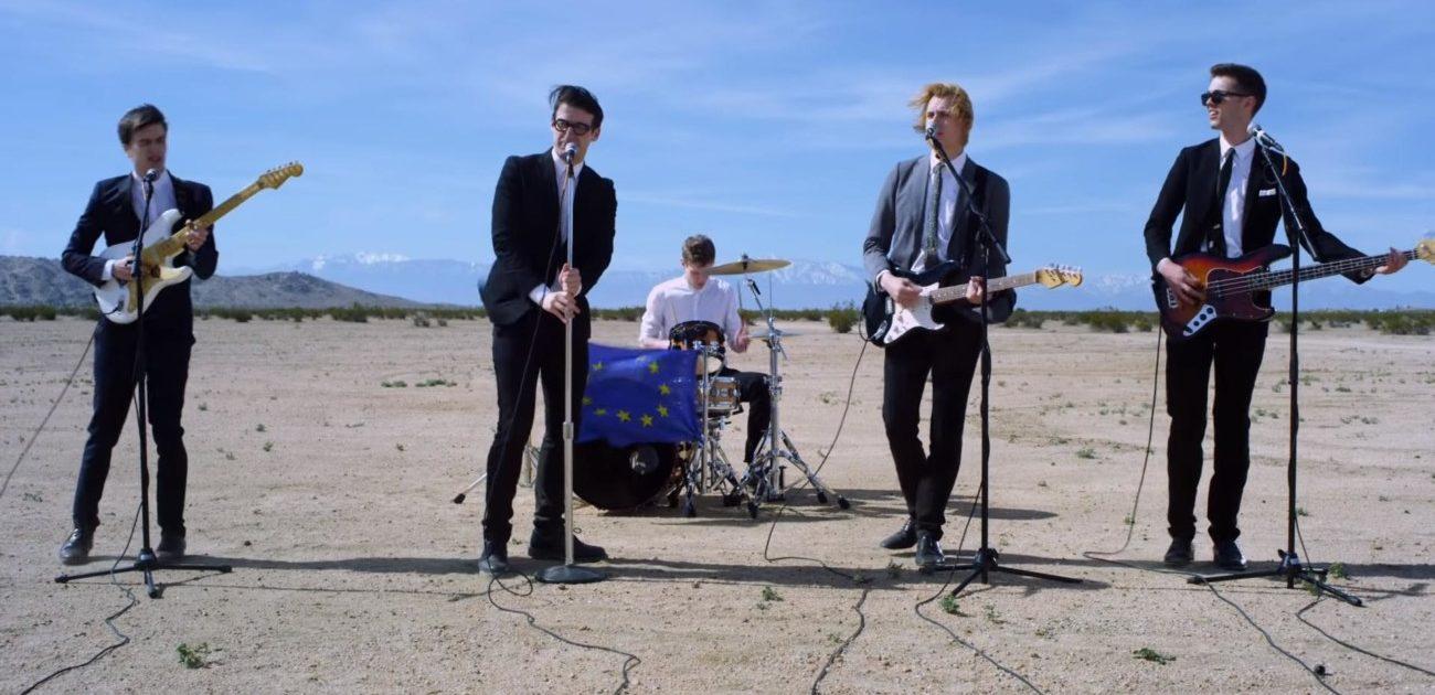 Spector, un quintet, jouant dans le désert pour le clip de Celestine