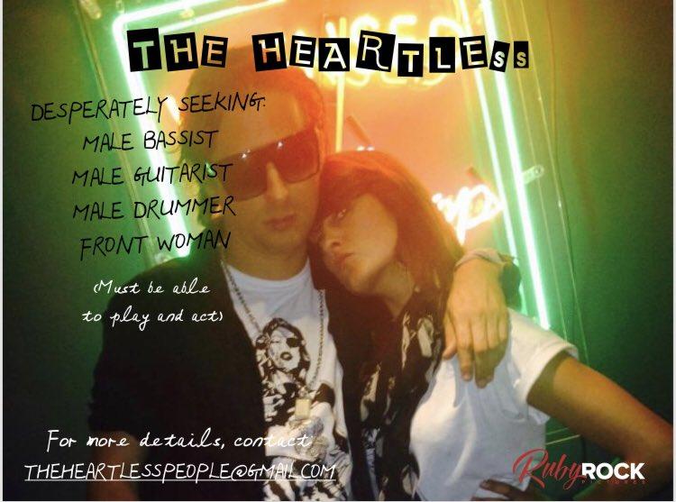 Carl Barat posant avec une femme. Un texte explique qu'il cherche des musiciens et plus d'informations sont disponibles à theheartlesspeople(at)gmail.com