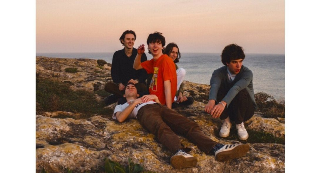 Band Swim Deep in front od the sea