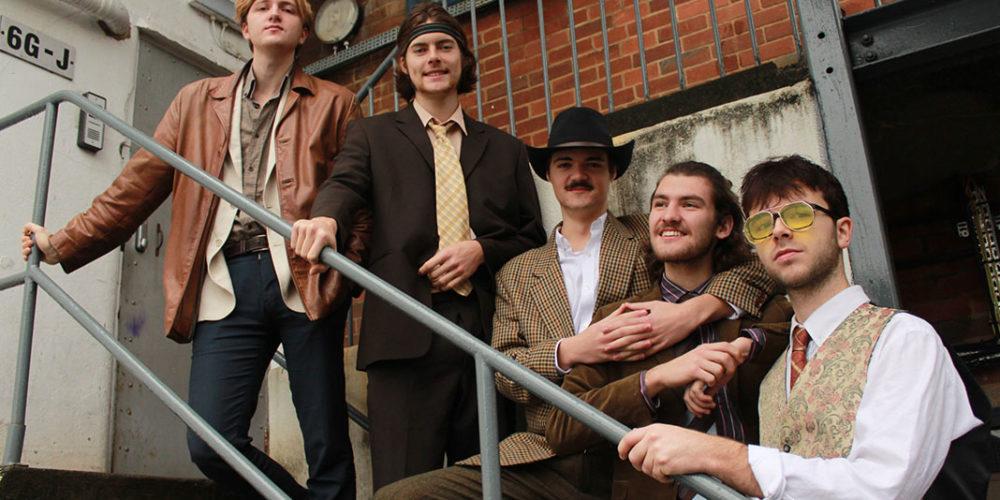 FEET, un groupe de cinq hommes sur un escalier extérieur par Tom Vissner