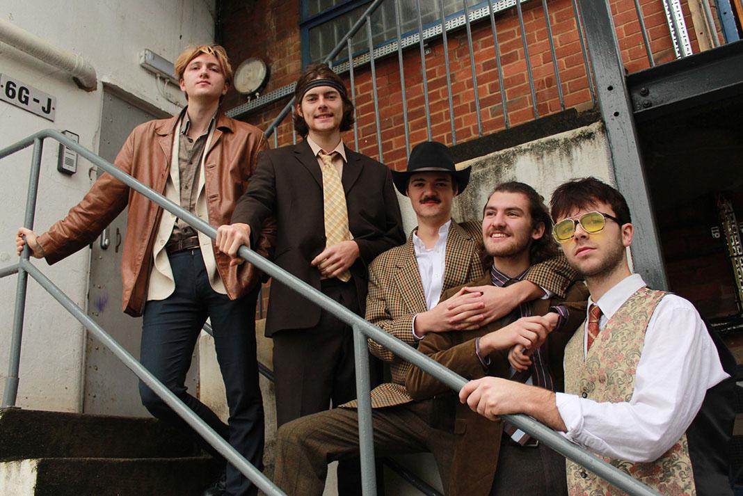 FEET, un groupe de cinq hommes sur un escalier extérieur