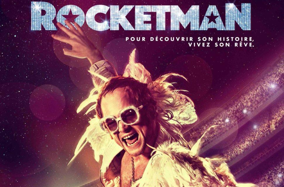 Affiche du film Rocketman avec Taron Egerton en Elton John au piano dans un costume blanc devant un stade
