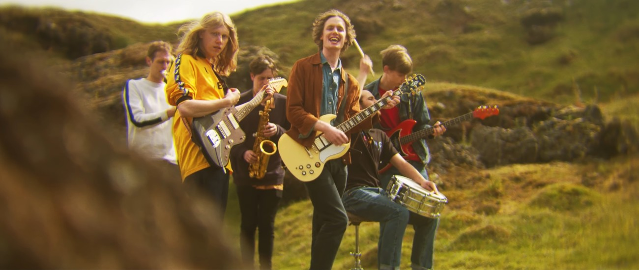 Le groupe Buzzzard Buzzard Buzzard, composé de six hommes, jouant sur une colline