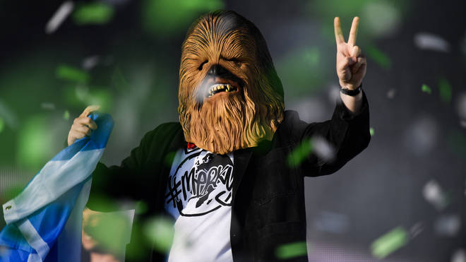 Lewis Capaldi avec un masque de Chewbacca