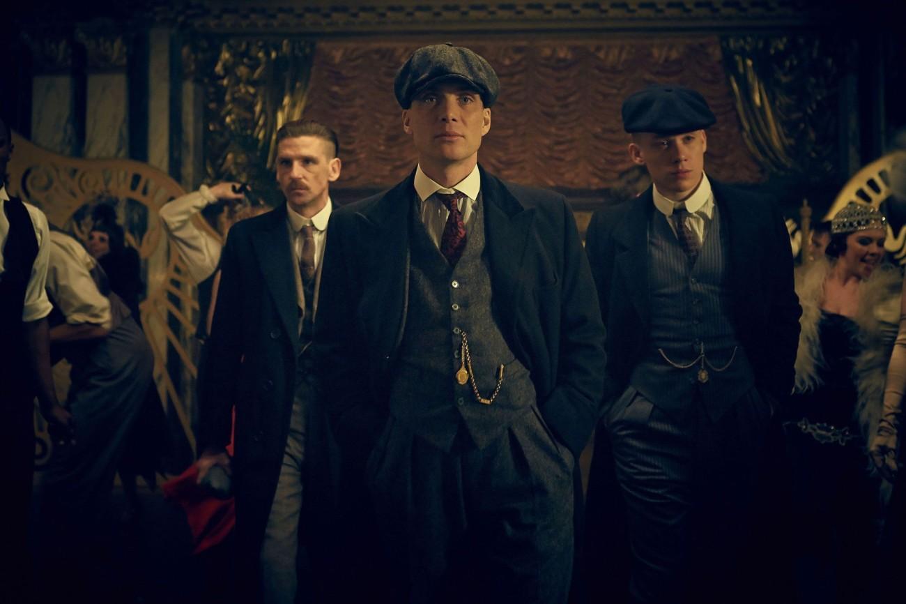 Les Peaky Blinders, trois frères habillés dans la mode des années 1920