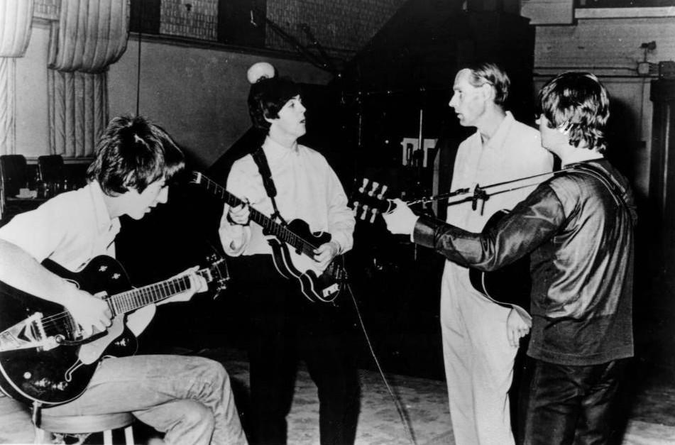 George Martin et les Beatles dans les studios d'Abbey Road