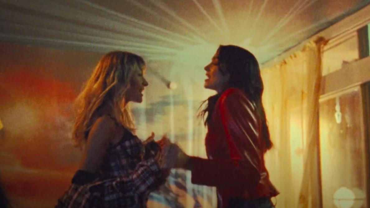 """Extrait du clip de """"Fever"""", de Dua Lipa et Angèle."""