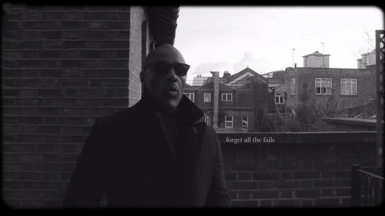 Idris Elba en noir et blanc